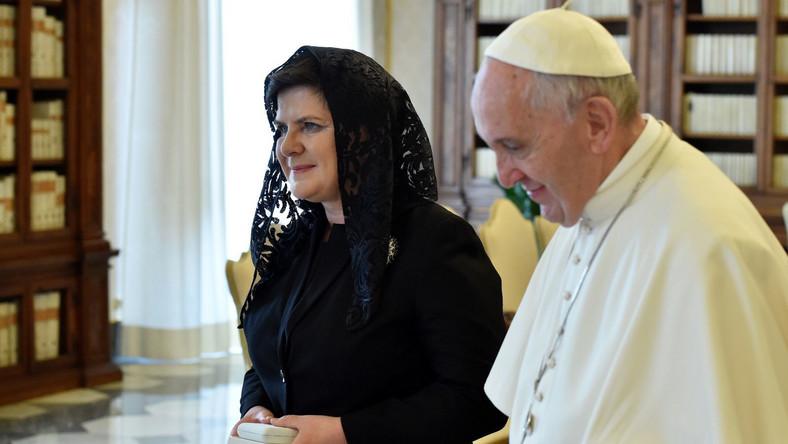 """""""Mówiłam o tym, że młodzi ludzie czekają, cieszą się na jego przyjazd do Polski. Rozmawialiśmy też o polskich rodzinach, rozmawialiśmy o Polsce, papież bardzo podziękował, cieszył się, z tego, że w Polsce wprowadzane są programy, które mają wspierać też rodziny"""" - powiedziała premier na spotkaniu z dziennikarzami po audiencji. Podkreśliła, że ta bardzo dobra rozmowa była dla niej wielkim wzruszeniem i wielkim przeżyciem. Przed audiencją polska delegacja z szefową rządu na czele uczestniczyła w mszy przy grobie św. Jana Pawła II w bazylice św. Piotra. W piątek mija 35 lat od zamachu na polskiego papieża, którego dokonał, ciężko go raniąc, Turek Mehmet Ali Agca."""