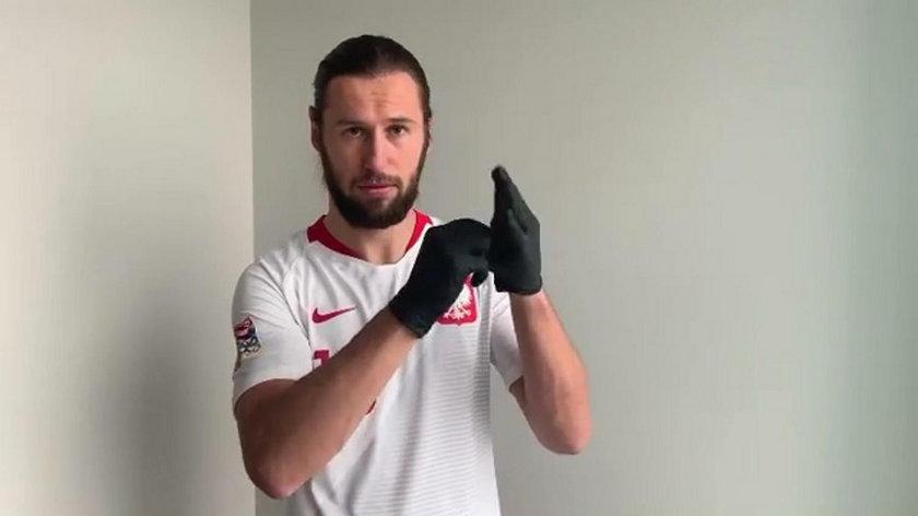 Krychowiak pokazał, jak zdjąć rękawiczki i maseczkę