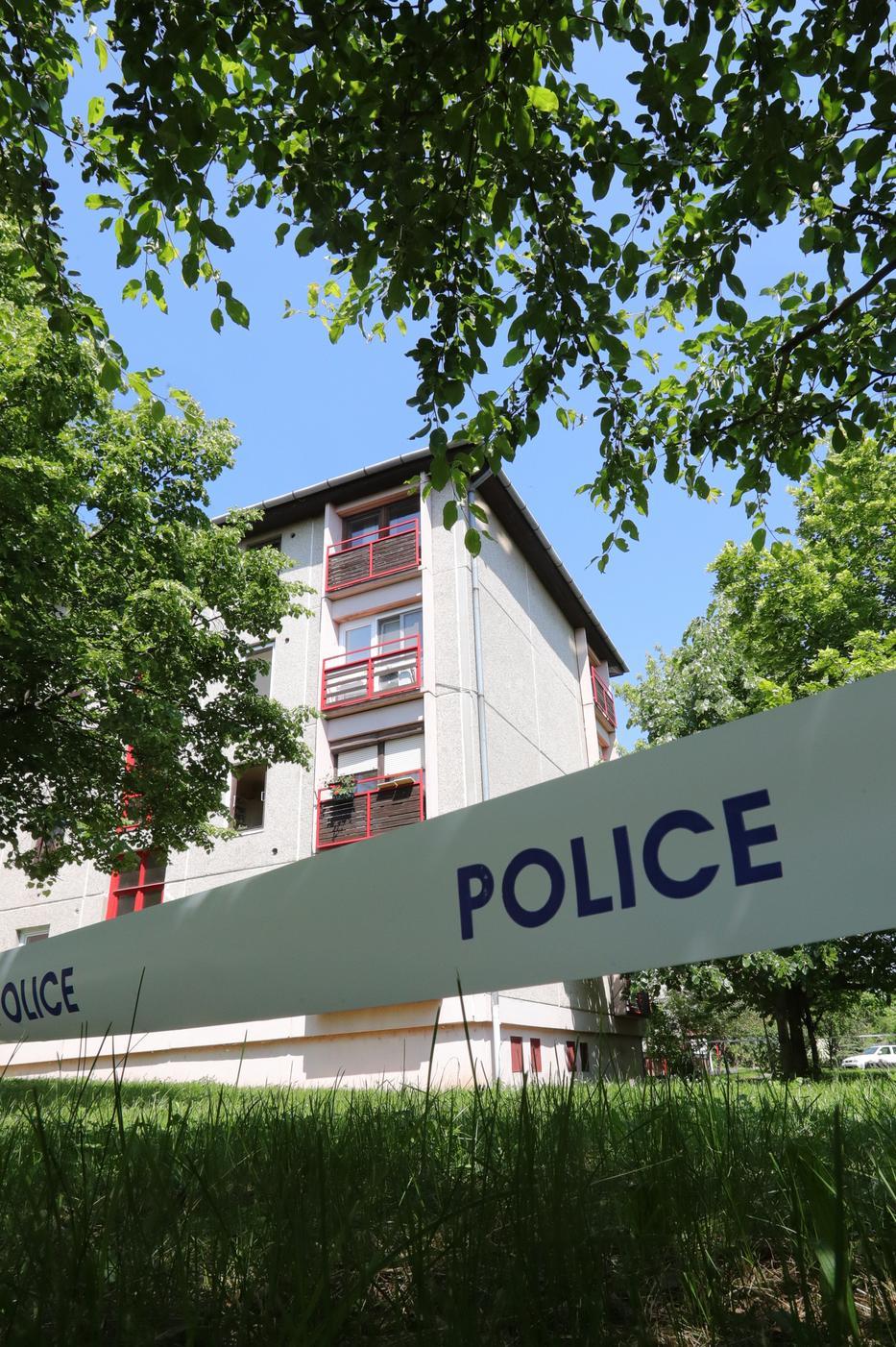 A negyedik emeleti lakás ablakából esett ki a kislány, akit már nem tudtak megmenteni a kórházban  Fotó: Grnák László