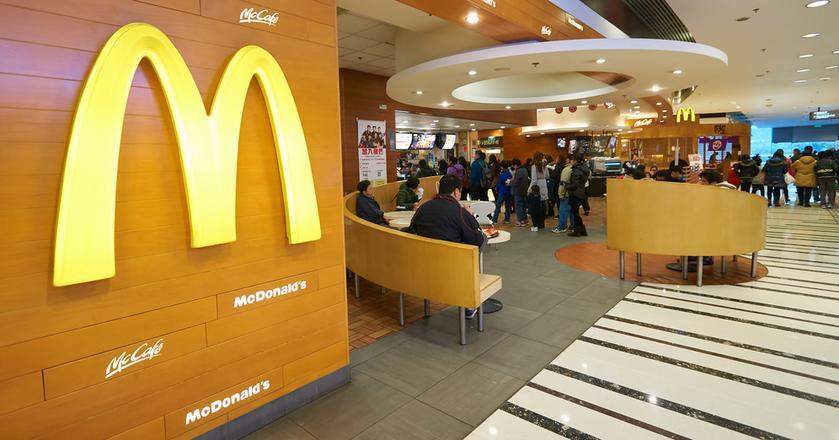 Brak obrusów w fast-foodach wynika w dużej mierze z zarządzania przepływem klientów