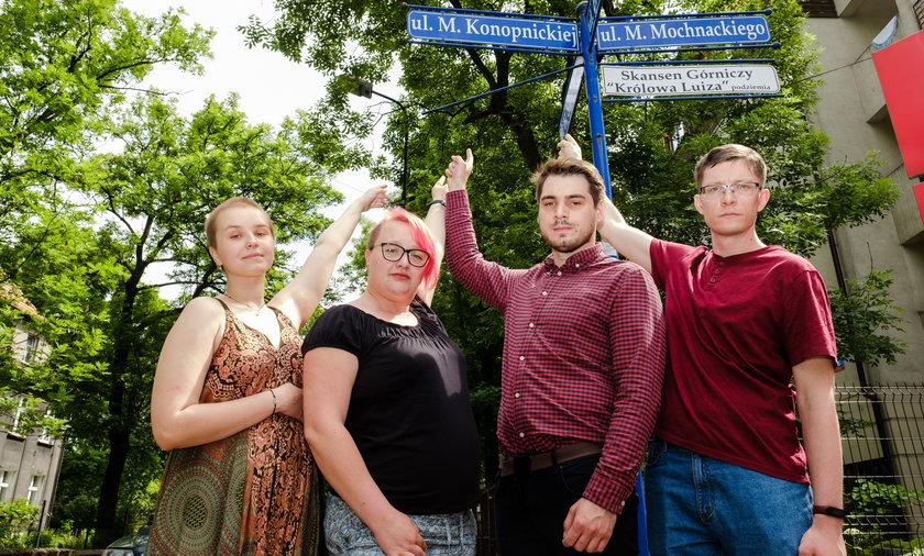 Młodzi aktywiści ze Stowarzyszenia Parasolka i Młodej Lewicy domagają się zwiększenia ilości kobiet w nazwach ulic .