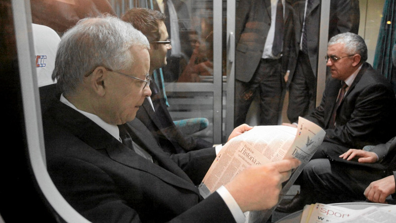 Jarosław Kaczyński. Na drugim planie Adam Lipiński