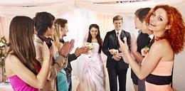 Czy można założyć białą lub czarną sukienkę na wesele? Poradnik, jak się ubrać