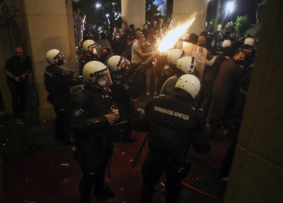 Policija ispaljuje suzavac na demonstrante