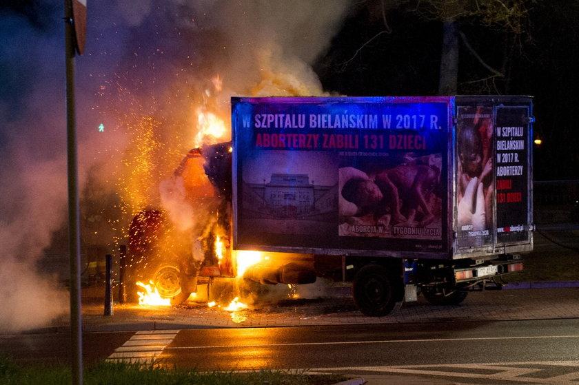 Furgonetka antyaborcyjna spłonęła przed Szpitalem Bielańskim