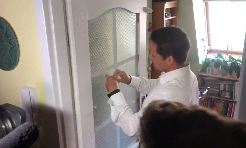 Tak Trzaskowski naprawiał drzwi. Internauci pękają ze śmiechu