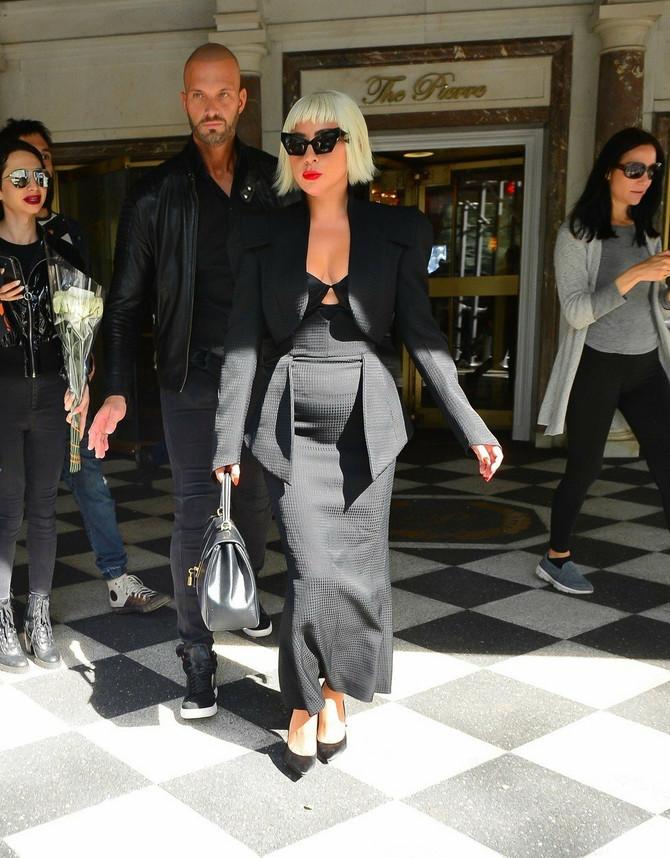 Lejdi Gaga pokazala i trudnički stomačić?