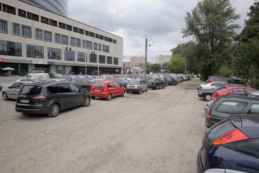 Gruntowe podłoże na parkingach