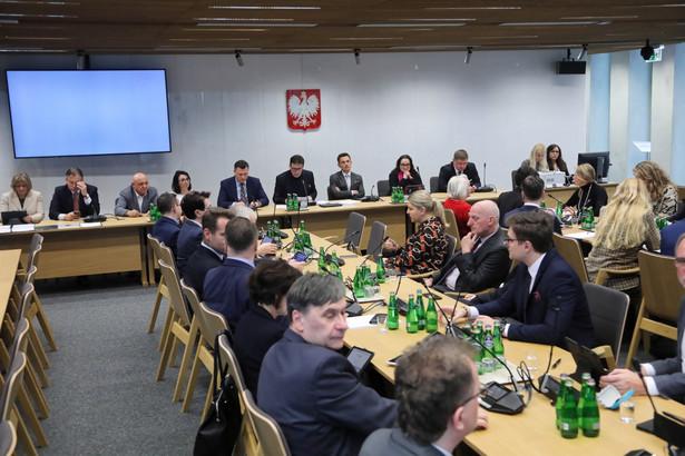 """Sejmowa komisja """"zwraca się do prezesa Rady Ministrów z wnioskiem o podjęcie działań w ramach obowiązujących przepisów prawnych mających na celu ograniczenie strat finansowych"""" poszkodowanym na skutek restrukturyzacji banku samorządów"""