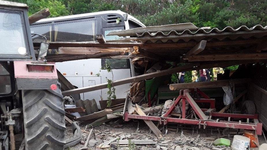 W miejscowości Parzniewice w powiecie piotrkowskim doszło do wypadku autokaru, który uderzył w budynek gospodarczy.