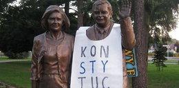 Baner na pomniku Lecha Kaczyńskiego. To on go tam umieścił?