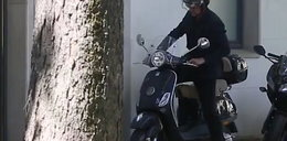 Polski aktor śmiga na stylowym skuterze.