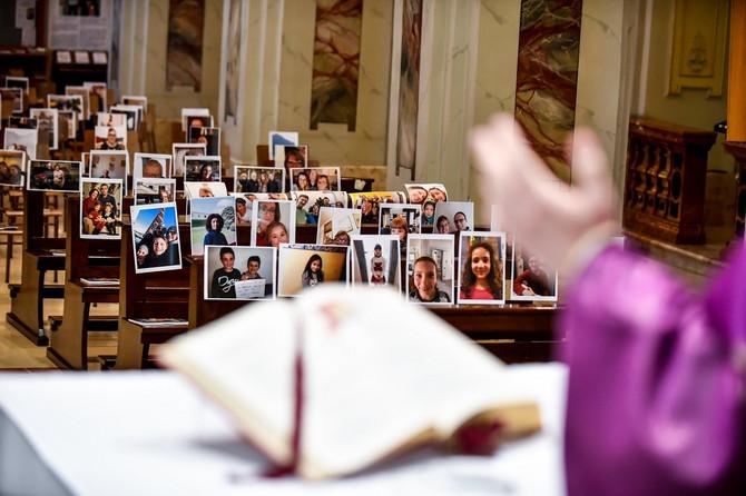 Mnogi sveštenici drže mise pred slikama koje im pošalju vernici