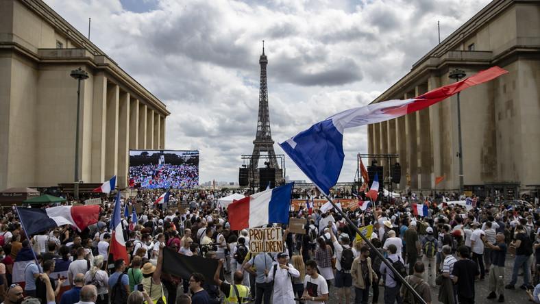 Jeden z protestów w Paryżu
