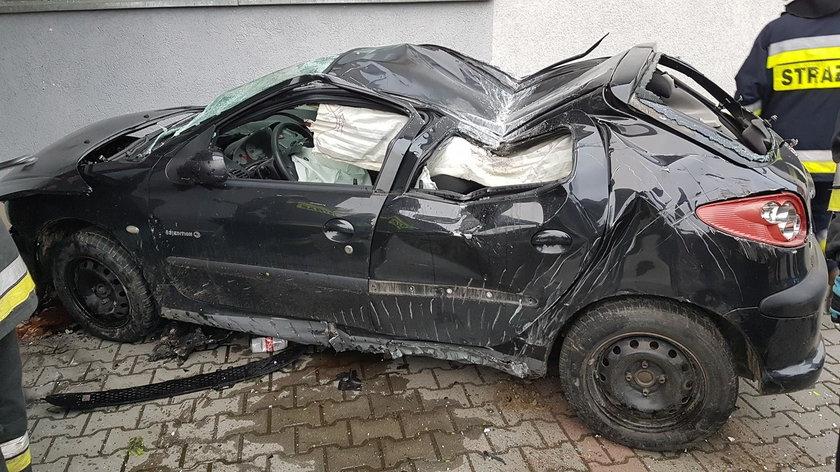 Gródek nad Dunajcem. Auto roztrzaskało się o drzwi do szkoły
