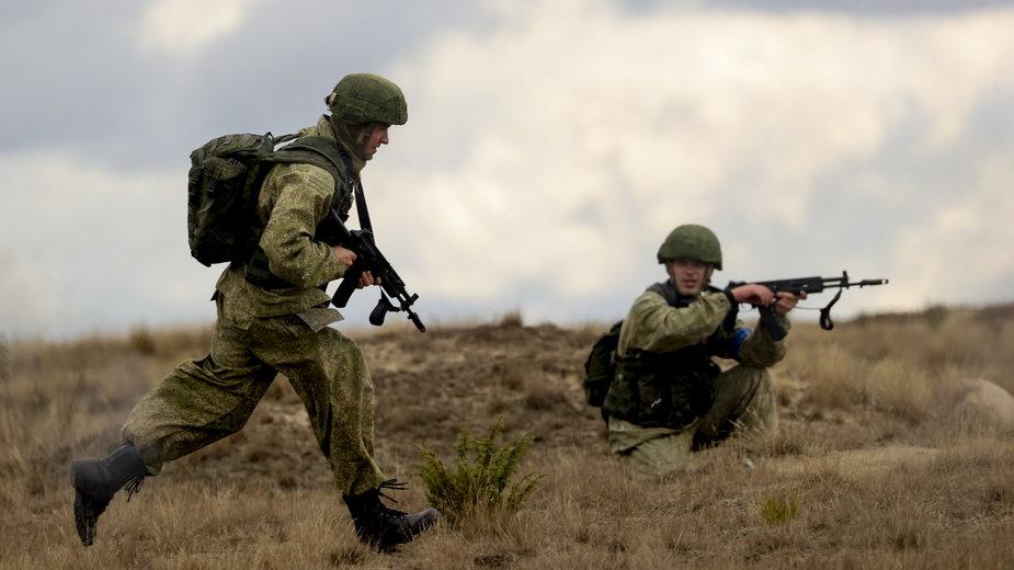 """Rosyjscy żołnierze na poligonie pod Brześciem na Białorusi podczas manewrów """"Zapad 2021"""", wrzesień 2021 r."""