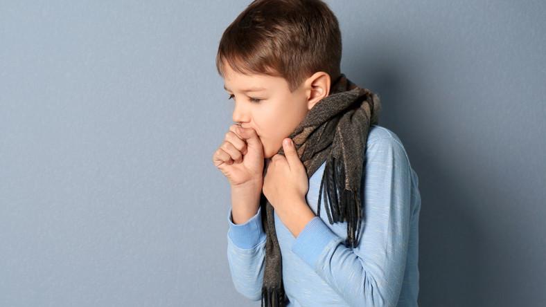 Dziecko kaszle, chore na zapalenie płuc