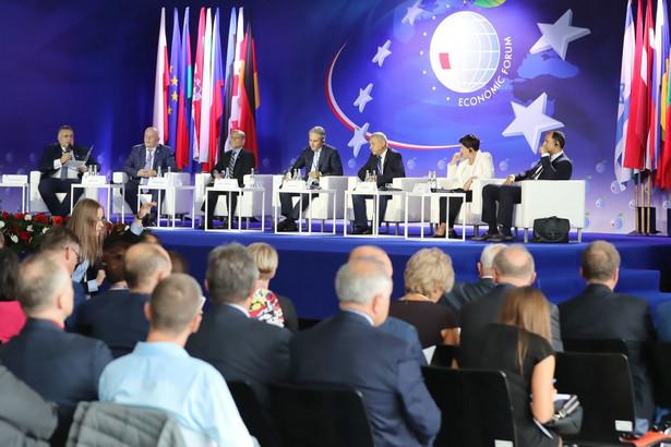 """Krynickie forum otworzyła dyskusja na temat """"Miedzy gospodarką a polityką. Europa w poszukiwaniu recept na wzrost gospodarczy i społeczny""""."""