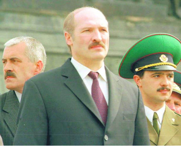 Prezydent Łukaszenka i jego syn Wiktar (po prawej) dbają, by pieniądze z ich interesów nie wyciekały do oligarchów forum