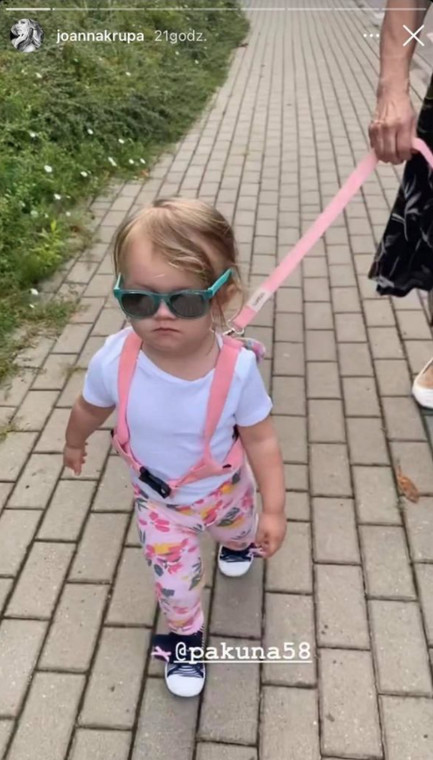 "Joanna Krupa conduciendo a su hija ""Correa"""