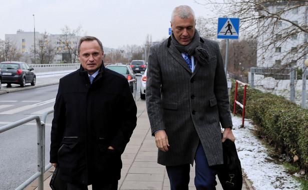 Czarnecki pojawił się w prokuraturze po godz. 10.30, towarzyszył mu jego pełnomocnik mec. Roman Giertych.