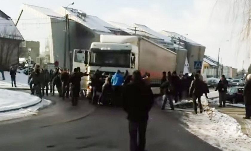 Pawłowice. Górnicy nie wpuszczają tira na drogę