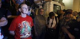 Cejrowski: Oni oszczali krzyż! Gasili moczem znicze