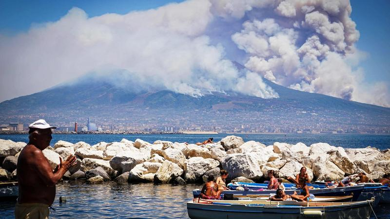 ITALY FIRE VOLCANO VESUVIUS (Wildfires at Mount Vesuvius volcano)