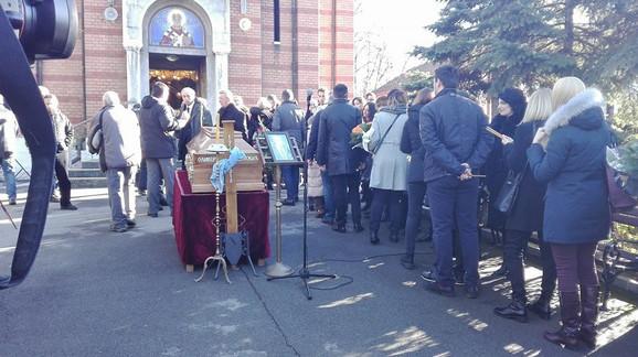 Građani dolaze da izjave saučešće porodici Olivera Ivanovića