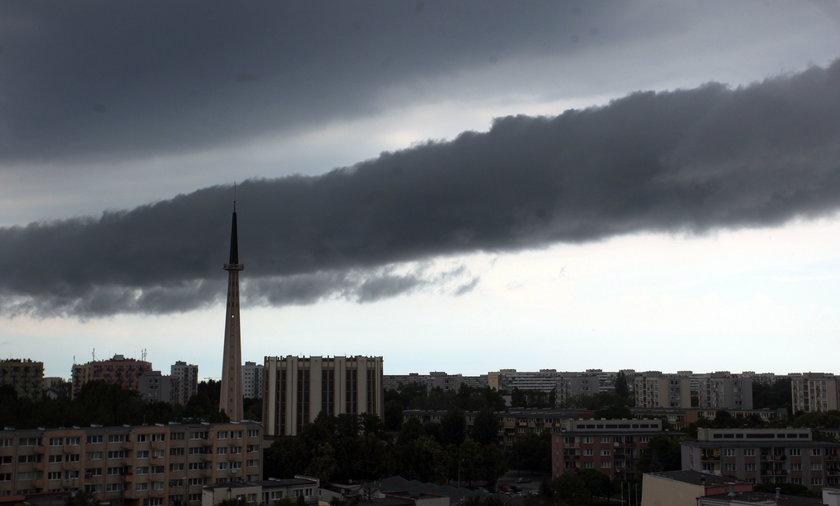 Ochłodzenie we wtorek, ale wcześniej nad Polską groźnie zagrzmi