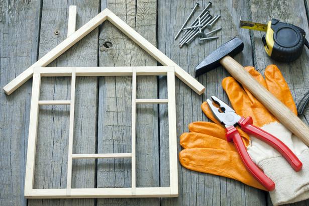 """Najpopularniejsze gotowe projekty Pierwszym etapem budowy wymarzonego domu jest przemyślenie oczekiwań oraz zaplanowanie całej inwestycji. Na inwestorów czekają liczne decyzje związane z lokalizacją, typem domu, jego powierzchnią, układem pomieszczeń, a także technologią budowy oraz stosowanymi materiałami budowlanymi. Efektem tych decyzji jest wybór projektu, według którego będzie budowany wymarzony dom. Z analizy zapytań ofertowych złożonych w Oferteo.pl – serwisie łączącym osoby poszukujące produktów i usług wraz z ich dostawcami – wynika, że Polacy najchętniej kupują gotowy projekt domu (63,1% użytkowników serwisu). """"Już po raz trzeci badamy szczegółowo preferencje budowlane Polaków"""" – mówi Karol Grygiel, członek Zarządu Oferteo.pl. """"Porównanie do poprzednich dwóch lat pokazuje, że Polacy bardzo racjonalnie podchodzą do najważniejszej inwestycji życia. Nie ponoszą zbędnych kosztów związanych z rozwiązaniami, które nie są im potrzebne. Budują domy o bryle prostej i taniej w wykonaniu, opierając się przede wszystkim na gotowych projektach"""" – dodaje Karol Grygiel."""
