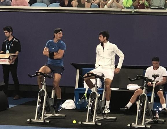 Rafael Nadal i Novak Đoković tokom predaha na humanitarnoj egzibiciji