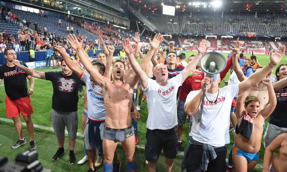Fudbaleri Crvene zvezde sa navijačima slave ulazak u Ligu šampiona