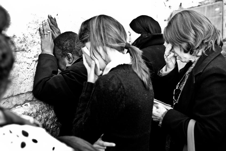 Ściana płaczu podzielona jest na część dla mężczyzn zajmującą dwie trzecie długości i mniejszą część dla kobiet. W męskiej części można zobaczyć mężczyzn z torami w rękach kołyszących się w rytm modlitwy, zwróconych twarzą do ściany. W części damskiej panuje tłok, płaczące głośno kobiety zatykają karteczki z prośbami do Boga w szczeliny ściany.