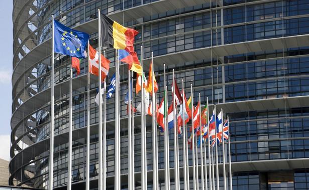 Flagi państw członkowskich przed europarlamentem