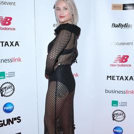 Karolina Gilon w prześwitującej sukience