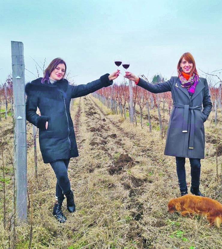 Mina je završila ekonomiju u Beču, dok je Sara prvo studirala prehrambenu tehnologiju u Novom Sadu, a zatim se opredelila za smer o proizvodnji vina