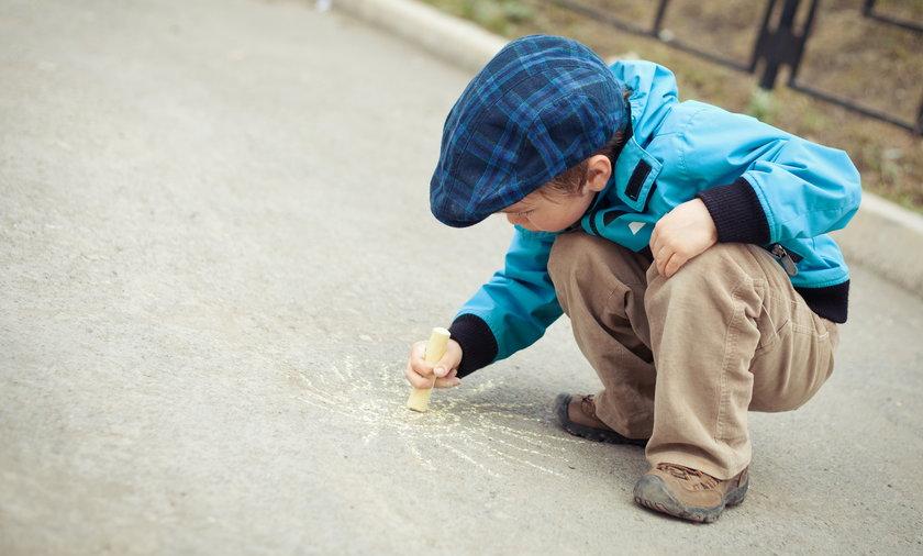 Dziecko bawi się na ulicy