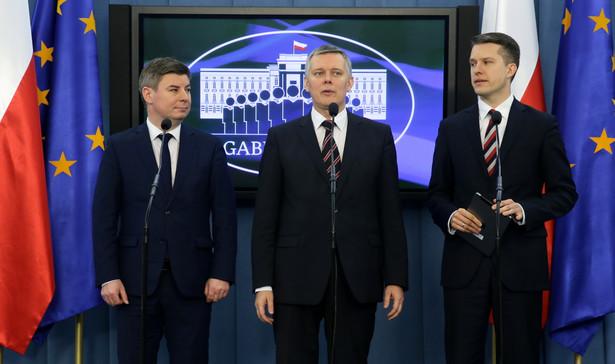 Jan Grabiec, Tomasz Siemoniak, Arkadiusz Marchewka podczas konferencji prasowej przedstawicieli Gabinetu Cieni Platformy Obywatelskiej nt. cyfryzacji
