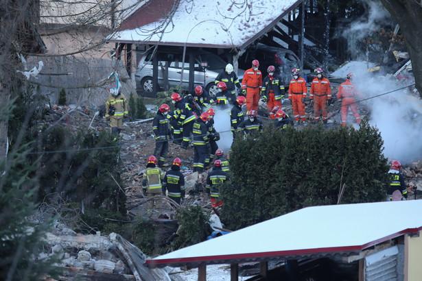 O znalezieniu ciał dwojga dzieci - przypuszczalnie ostatnich ofiar tragedii w Szczyrku - poinformował w czwartek przed południem wojewoda śląski. W sumie w środę w wybuchu gazu zginęły tam cztery osoby dorosłe i czworo dzieci.