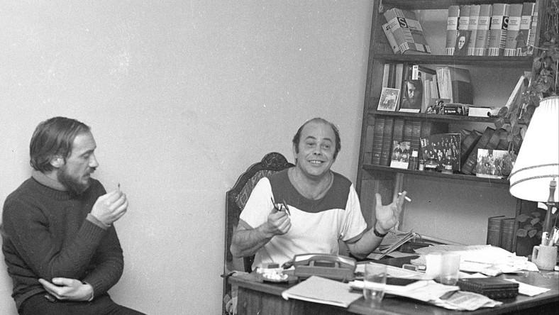 Zebranie członków i współpracowników Komitetu Samoobrony Społecznej (KSS) KOR w mieszkaniu Jacka Kuronia przy ulicy Mickiewicza 27 m. 64 na Żoliborzu. Nz. Antoni Macierewicz (L) i Jacek Kuroń. Dokładny dzień wydarzenia nieustalony.