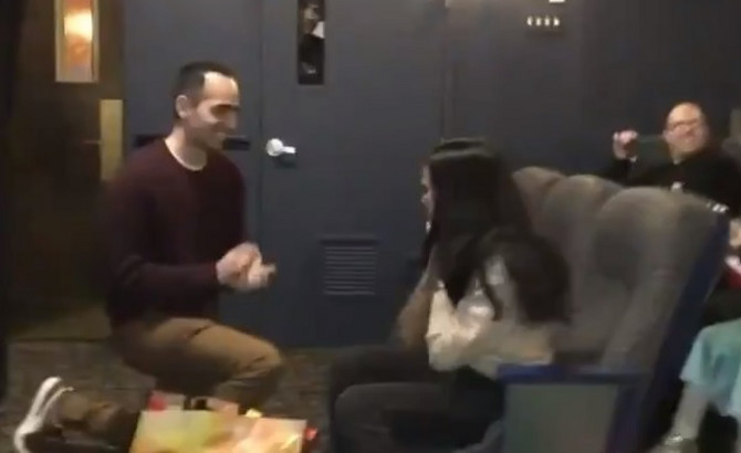 Zaprosio devojku u biokopu