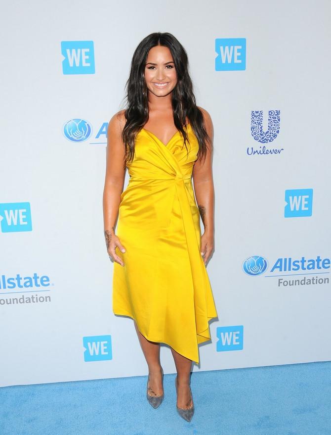 Demi Lovato izabrala je haljinu u retri duhu