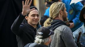 """""""Thor: Ragnarok"""": Chris Hemsworth i Tom Hiddleston w ziemskich ubraniach na zdjęciach z planu"""