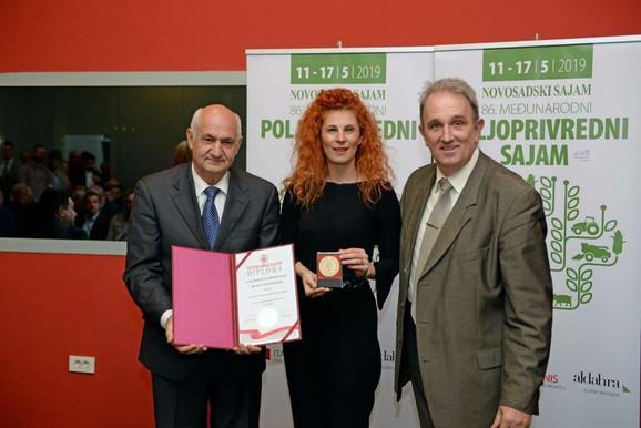 Maja Marković, direktorka Centra za korporativni marketing Dunav osiguranja primila nagradu Novosadskog sajma za visok nivo afirmacije korporativnog identiteta