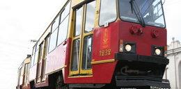 Pasażerka biegła za tramwajem. Nie mogła uwolnić ręki