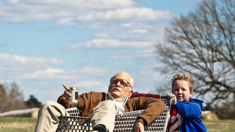 """""""Bezwstydny dziadek"""" nie jest filmem typowym dla """"Jackasów"""" –w produkcji, zamiast całej grupy, pojawia sięjedynie dwójka bohaterów -jej lider Johny Knoxville oraz znany m.in. z """"Fun Size"""" – Jackson Nicoll"""