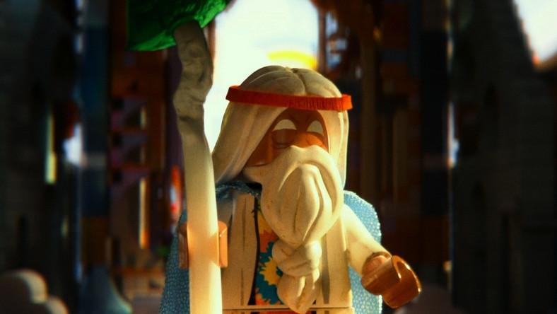 """Bohaterem filmu """"LEGO: Przygoda"""" jest Emmet (Chris Pratt), przeciętny ludzik Lego, robotnik, który przez pomyłkę zostaje wzięty za najbardziej wyjątkowego bohatera w świecie klocków i wysłany w misję uratowania swoich ludzi przed złym tyranem (Will Ferrell)"""