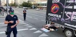 Młode kobiety blokowały homofobiczną furgonetkę. Spacyfikowane przez policję
