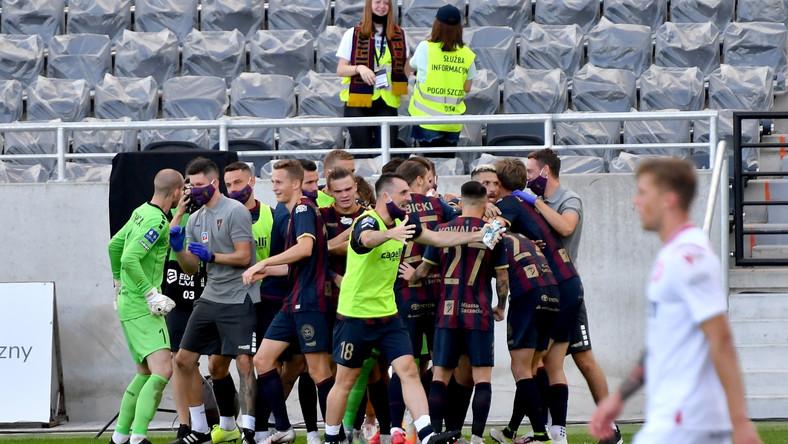 Piłkarze Pogoni Szczecin cieszą się z gola podczas meczu Ekstraklasy z Wisłą Kraków